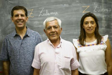 Pedro (en el medio), junto al director y su docente preferida