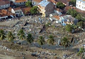 Vista aérea de la playa de Pangandaran, devastada por el tsunami de anteayer