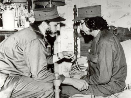Hablando con Fidel Castro. Foto: Fotografía del libro Che Guevara, la vida en juego