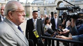 Le Pen dialogó con la prensa al salir del Palacio del Elíseo