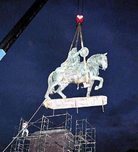 La estatua ecuestre fue colocada ayer a las 19.45