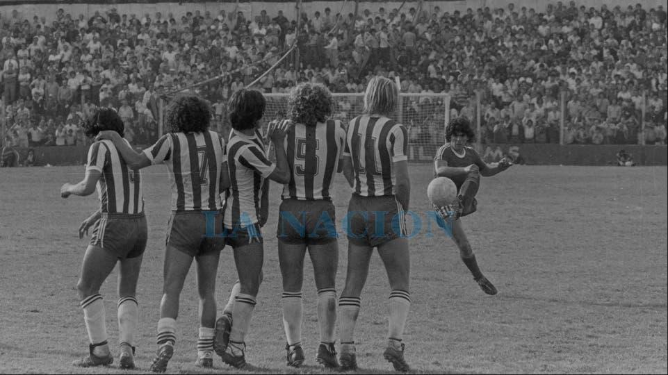 26-10-1980: tiro libre en el 1 a 0 ante Talleres.. Foto: LA NACION
