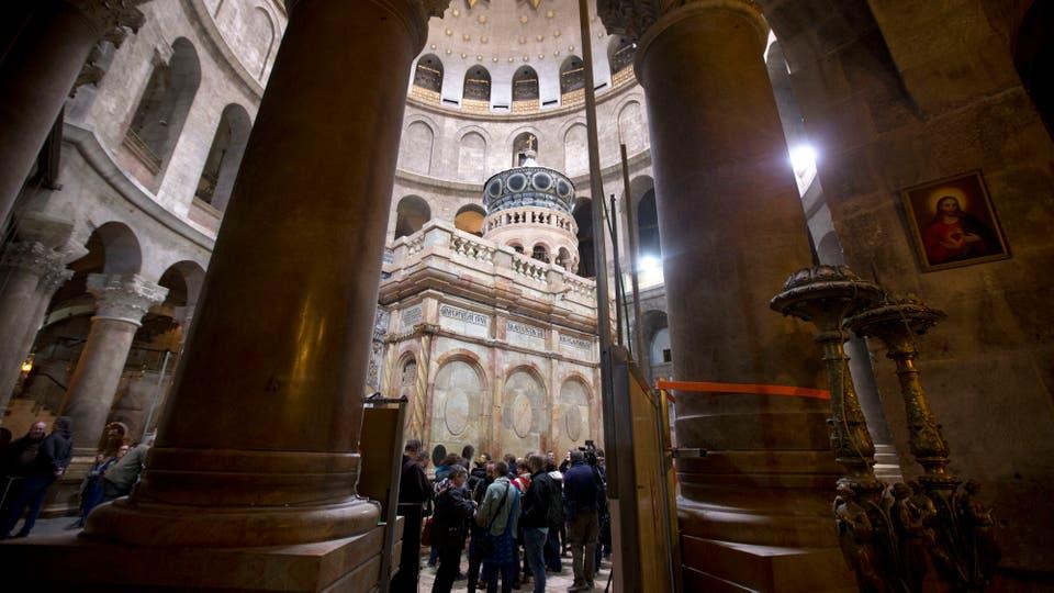 Las obras de restauración del Edículo y la Cúpula, que protegen la tumba de Jesucristo, terminaron a tiempo y los resultados serán presentados pasado mañana,. Foto: AP / Sebastian Scheiner