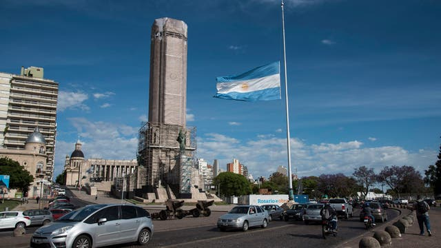 Monumento a la Bandera con la bandera a media asta