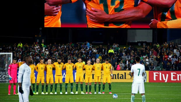 ¡Selección saudí no respeta minuto de silencio por atentados!