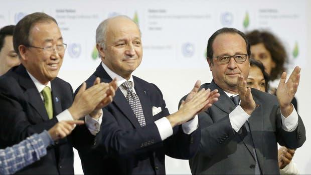 El presidente Hollande, el canciller Fabius y el secretario de la ONU, Ban Ki moon celebran en París