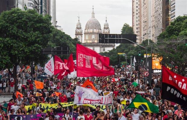 Las protestas contras la clase política crecen en Brasil, como pasó en Río de Janeiro esta semana