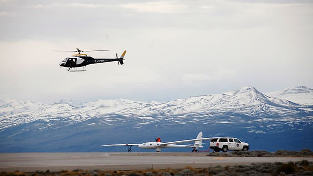 Un helicóptero recorre la zona momentos antes del despegue del Perlan II, remolcado por otra avioneta