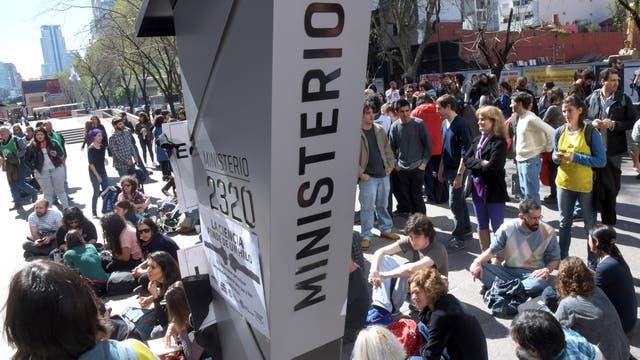 """Los trabajadores permanecerán en la entrada del edificio ubicado en Godoy Cruz 2320, en el barrio Palermo, donde llevan adelante una """"toma pacífica"""" que no impide el acceso normal del resto de los empleados al ministerio"""