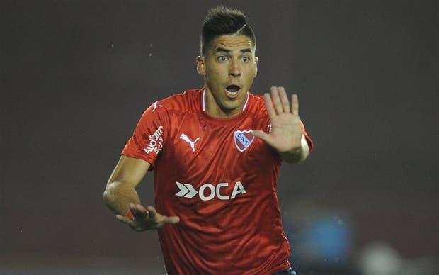 Leandro Fernández celebra su gol, tras una falla del arquero Monetti