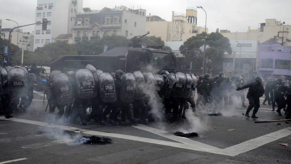 Infantería desalojó a los piqueteros de la 9 de Julio. Foto: DyN / Javier Brusco
