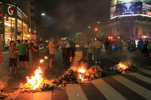 Con el calor volvieron los cortes de luz, hubo protestas de los vecinos afectados. Foto: LA NACION / Fabián Marelli