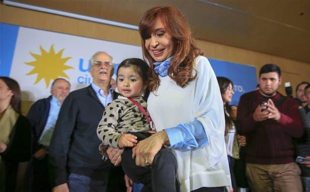 Cristina Kirchner, con una nena en brazos, ayer, en La Matanza