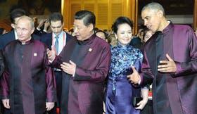 Putin, Xi Jinping y su mujer, y Obama, con trajes típicos en la ceremonia de recepción de la APEC, en Pekín