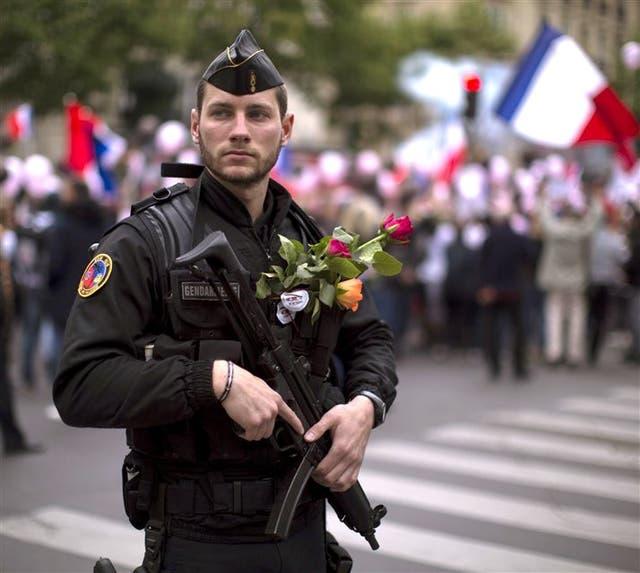 Un policía antimotines, ayer, durante una marcha en París