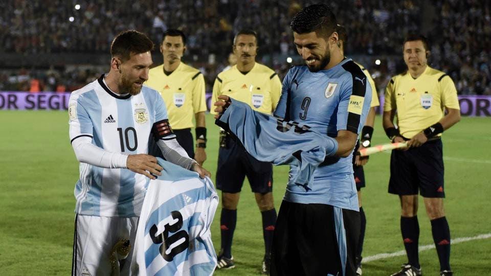 Messi y Suárez, amigos y rivales. Foto: AP