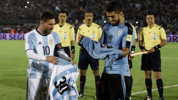 El momento del intercambio de camisetas mundialistas