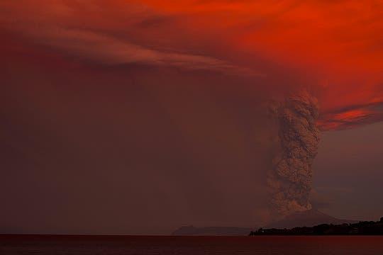 El hongo de canizas que produjo el volcán fus visto de muchos kilómetros de distancia. Foto: EFE
