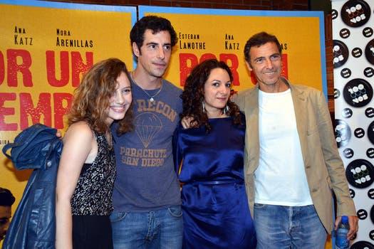 Un director y su elenco: Gustavo Garzón junto a Esteban Lamothe, Ana Katz y Mora Arenillas, en la avant premiere de Por un tiempo. Foto: Virtual Press