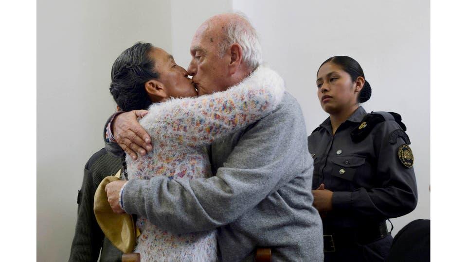 Milagro Sala saluda a su marido antes del comienzo de la última audiencia en el juicio por daño agravado y amenazas coactivas por un escrache contra el Gobernador Gerardo Morales. Jujuy, 28 de diciembre 2016 . Foto: Gerardo Dell''''Oro