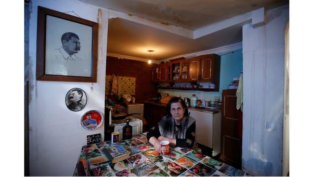 Tsitsino Tsintsadze, 77, una librera retirada, colecciona libros sobre Stalin