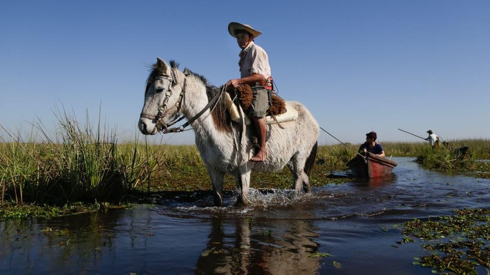 Javier se ocupa de guiar y trasladar a los turistas, y también trabaja en el campo. Foto: LA NACION / Diego Lima / Enviado especial