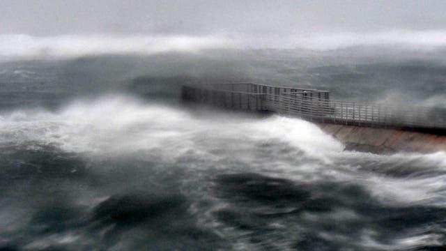 La playa de Boynton es golpeada por grandes olas