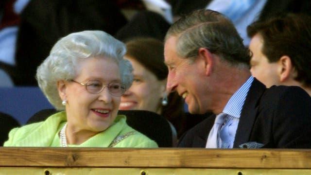 Junto a su madre Isabel II en junio de 2002