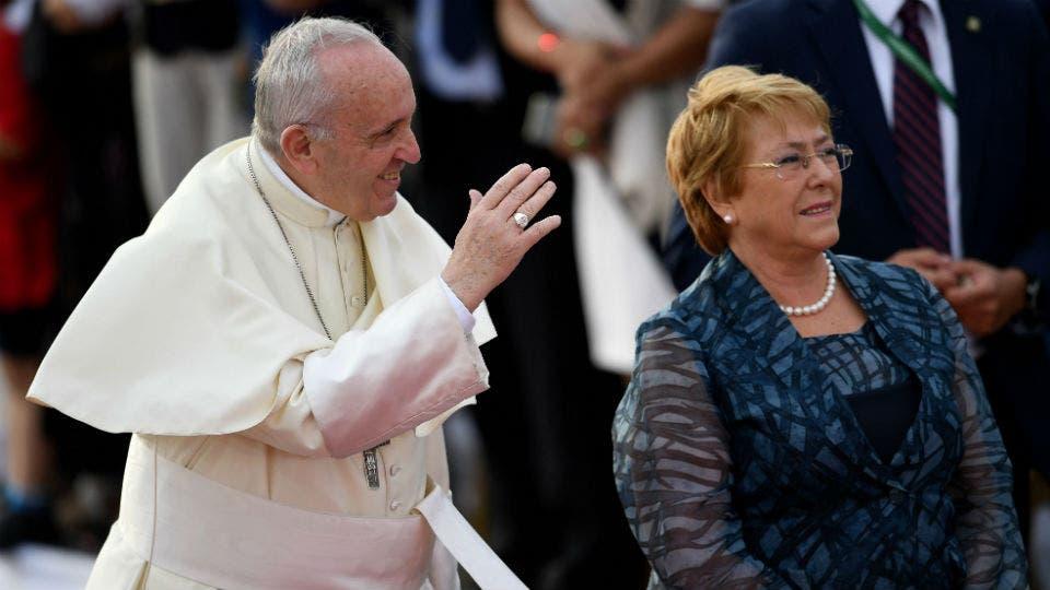 El papa Francisco fue recibido por la presidenta de Chile, Michelle Bachelet
