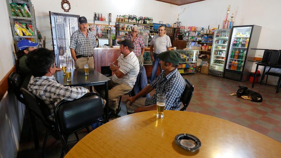 Lo parroquianos se reúnen en el bar del pueblo. Foto: LA NACION / Ricardo Pristupluk
