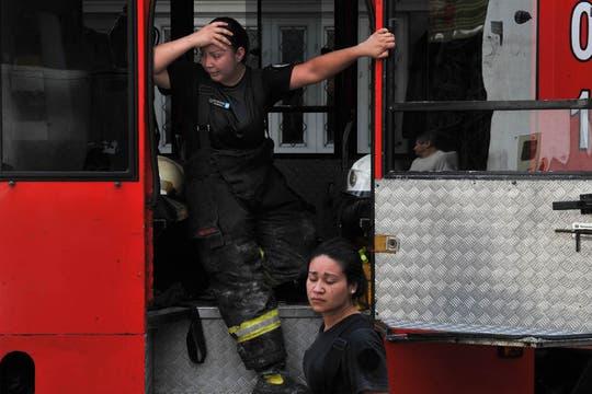 Incendio fuera de control y derrumbe en Barracas. Foto: Télam