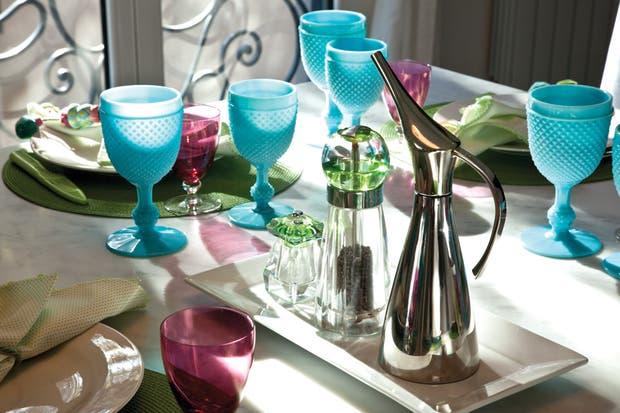 Alrededor de la mesa de comedor (Gris Dimensión), la dueña de casa recibe a familiares y amigos con su vajilla favorita, como las copas (Anthropologie) y la aceitera (Williams- Sonoma) y sus simpáticos floreros (Cosas de Fieltro)..