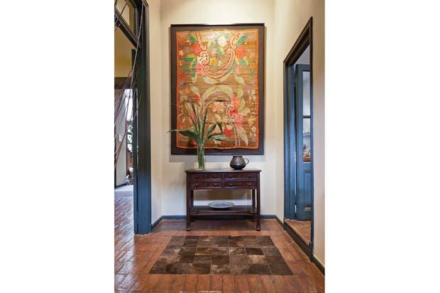 Al final de uno de los pasillos, la grata sorpresa de un centenario tapiz oriundo de Santiago del Estero..