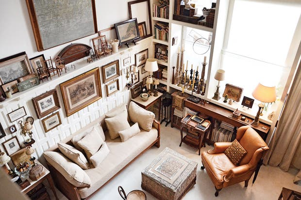La boiserie del living proviene de un trabajo profesional de Juan y estuvo años aguardando su lugar definitivo. Esta está cubierta con grabados franceses e ingleses..