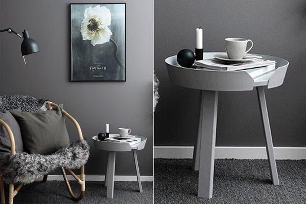 Una base dramática en gris oscuro. La mesa de costado ofrece una superficie de apoyo para libros y otros objetos.  /Myscandinavianhome.com