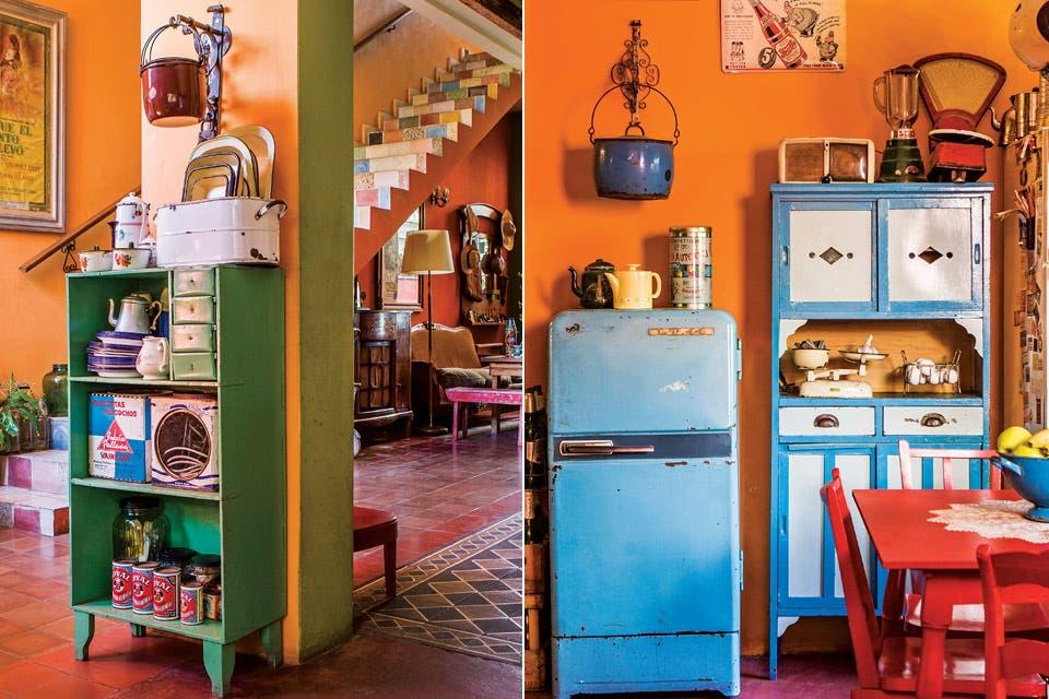 La mesa y las sillas –compradas a los cartoneros de su barrio– están restauradas por La Tana Ecléctica, una ex alumna de filete de Silvia que dio nueva vida a gran parte del mobiliario de la casa. Arriba, la colección de cacerolas. Junto a la heladera Siam.  Foto:Living /Santiago Ciuffo