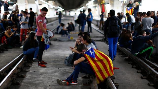 Manifestantes bloquearon las vías del tren en la estación de Sants en Barcelona