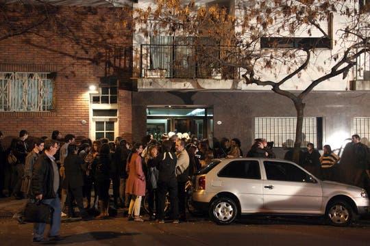 En la puerta del edificio de la casa de Angeles, amigos y familiares hacen una vigilia. Foto: LA NACION / Matías Aimar