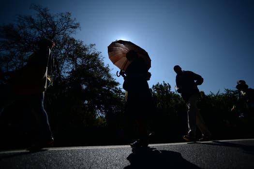 Bajo un intenso sol, las paersonas hacen cola para poder despedirse de Mandela. Foto: AFP