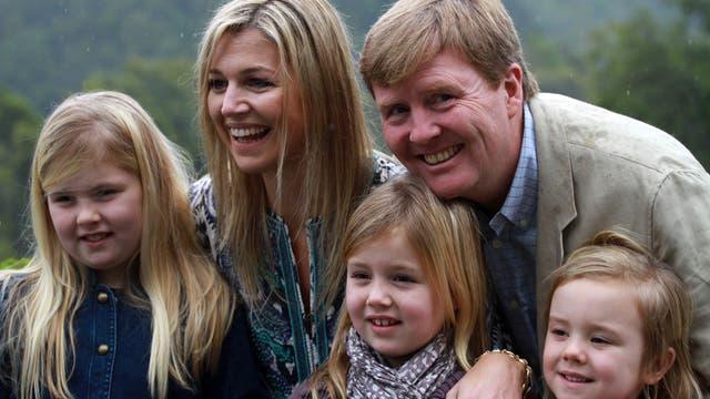Guillermo y las tres princesas ya están en Argentina para el entierro del padre de Máxima