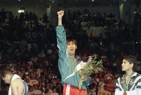 Todorov, en la entrega de medallas de Atlanta 1996, mira desde abajo a Somluck Kamsing, de Tailandia, que le ganó la final