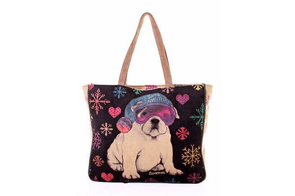 De gamuza. Con estampado bien invernal (¡nos encantó el perrito!), es una cartera grande bien colorida (Simones, $540).