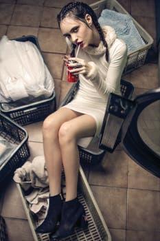 Vestido tubo con piel en cuello ($ 1490, Las Pepas), botas de gamuza bordadas ($ 3590, Prüne), anillo ($ 310, Cuatro Musas). Foto: Osky Sorairez