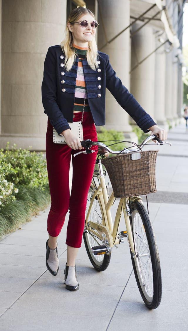 Pantalón cigarrette, botas cortas, rayas y saco militar, el outfit ideal para pasear en bici.