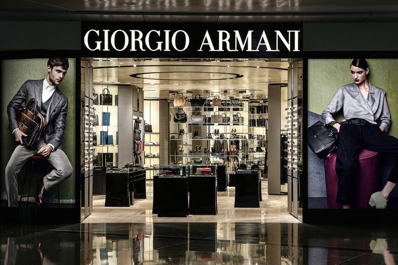 Los padres de la escuela Taimei se llevaron una sorpresa. Giorgio Armani sería el encargado de diseñar los nuevos uniformes para los estudiantes ingresantes. El colegio, ubicado en el distrito de moda de Ginza, uno de los barrios de Tokyo, cotizó cada uniforme por 80 mil yenes, algo así como 729 dól
