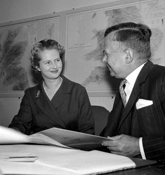 Thatcher junto, al entonces Ministro John Boyd Carpenter, 12 de octubre de 1961. Foto: Archivo