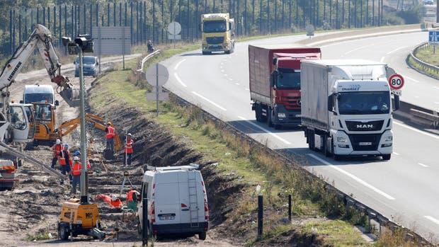 Hollande insta a Londres a asumir su parte — Migrantes en Calais
