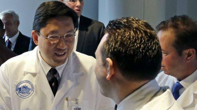 El equipo de cirujía involucró más de 50 médicos, incluyendo el urólogo Doctor Dicken Ko (izq.)