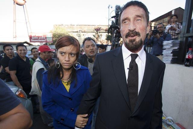 John McAfee, acompañado por su novia Sam, tras la conferencia de prensa que brindó frente al edificio de la Corte Suprema de Guatemala