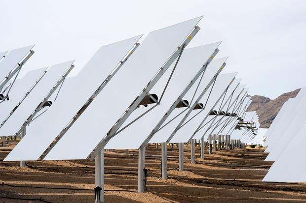 Una vista del Sistema de Generación de Energía Solar Ivanpah se encuentra en el desierto de Mojave en California, donde Google invirtió en la construcción del complejo